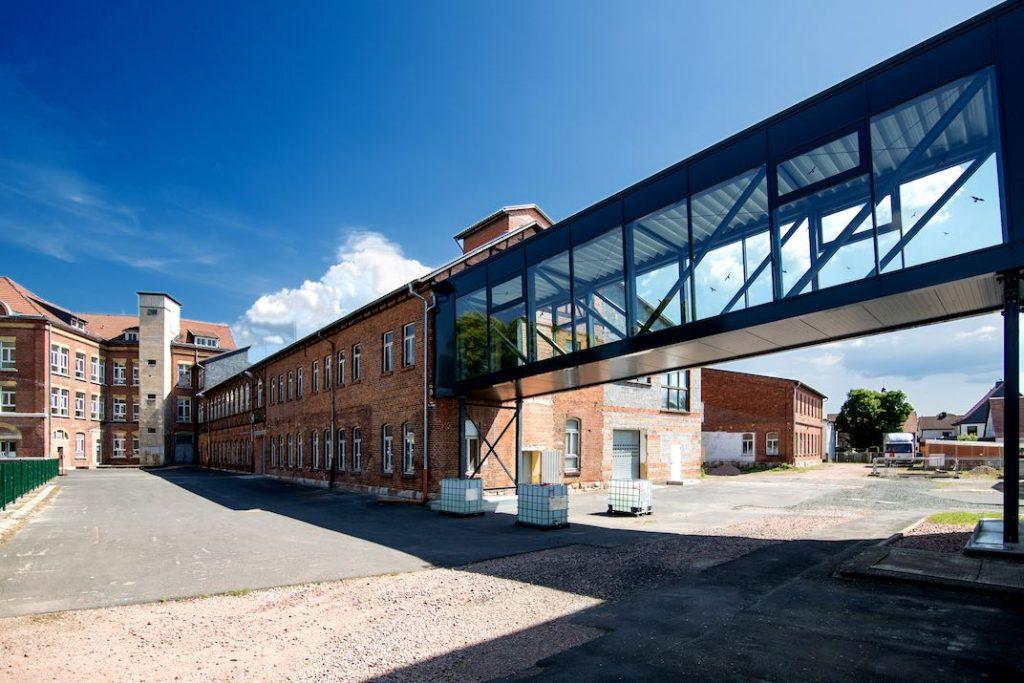 Außengebäude Galvanotechnik Breitungen Glasgang zwischen Lager und Produktion