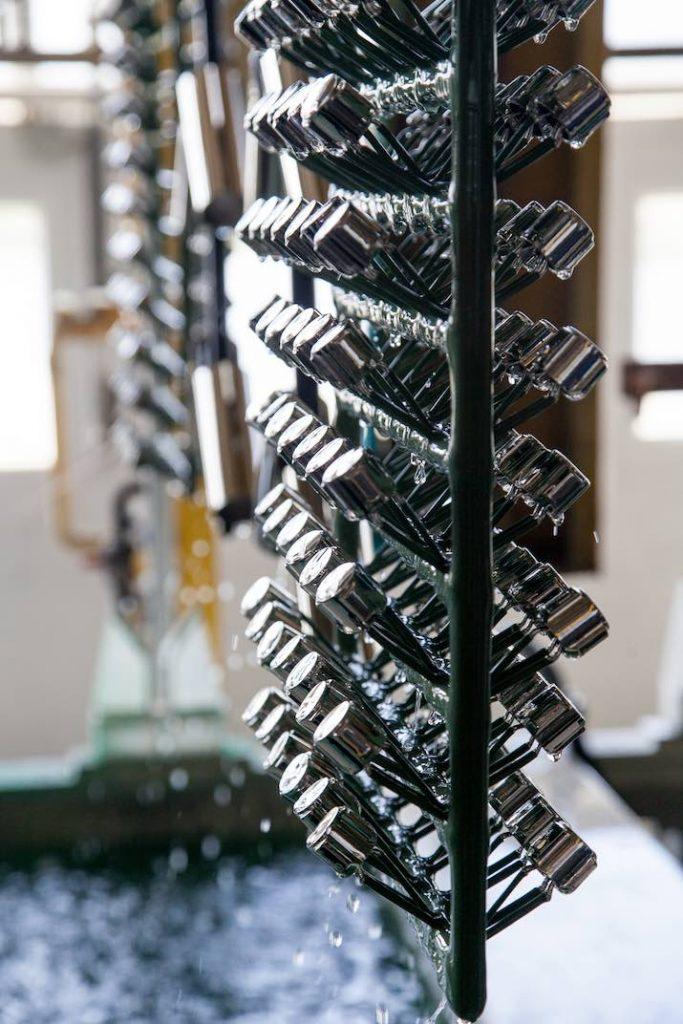 Verchromte Kunststoffteile für Haushalte werden aus Beschichtungslösung gezogen
