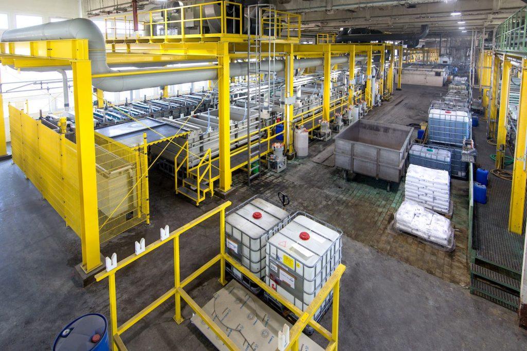 Maschinenhalle mit Galvanisierungsbädern bei Galvanotechnik Breitungen für Beschichtungen wie Verkupfern Vernickeln Verchromen