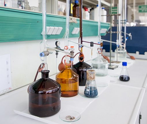 Laborgefäße mit Flüssigkeiten
