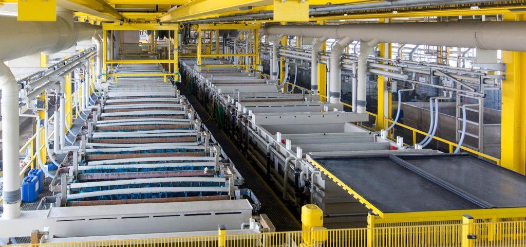 Halle mit Maschinen zur Beschichtung von Oberflächen